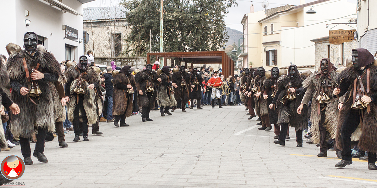 sfilata Mamuthones e Issohadores piazza Santa Croce